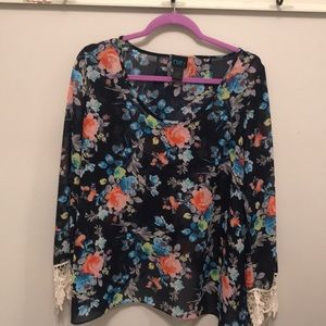 Adorable Floral Rue 21 Blouse w/ Lace Trim. 1X
